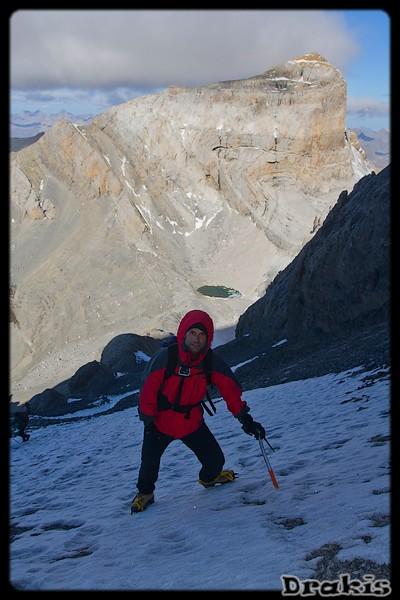 Pedro en la Escupidera, con el lago helado y el Cilindro de fondo